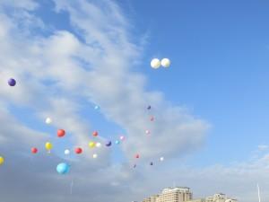 Ballonverstrooiing met begeleidingsballonnen in alle kleuren van de regenboog